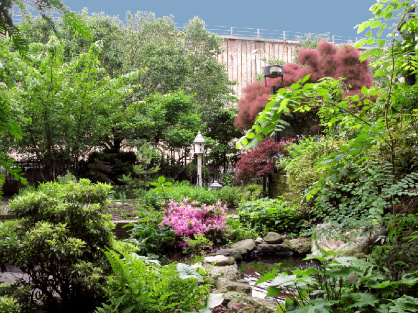 ((The Poplar Street garden, looking toward the BQE from the koi pond; photo courtesy Bill Spier))
